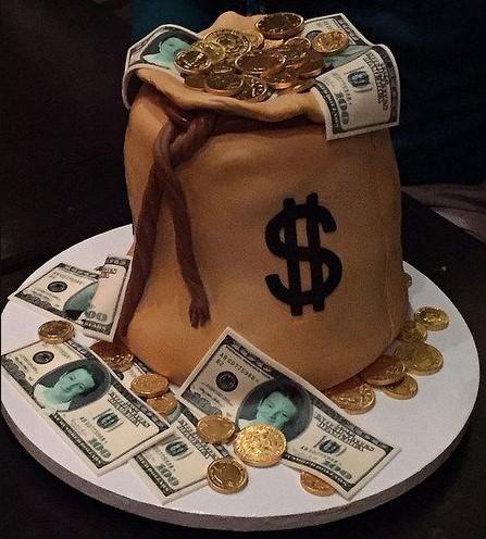 Ảnh bánh sinh nhật xếp bằng tiền ấn tượng