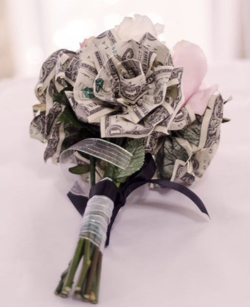 Tiền tặng sinh nhật được xêp thành bông hồng xinh đẹp