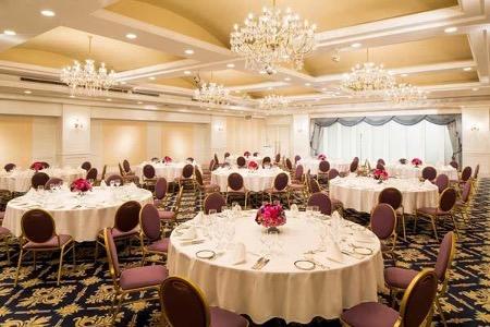 Trang trí bàn tiệc cưới với khăn trải bàn